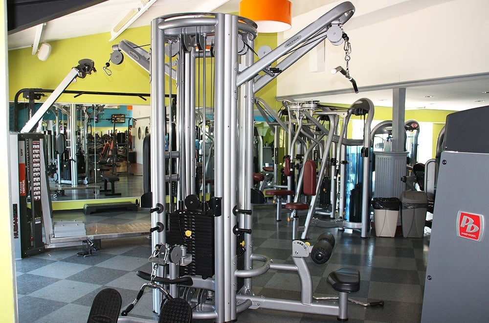 Machine de musculation dans un club so good