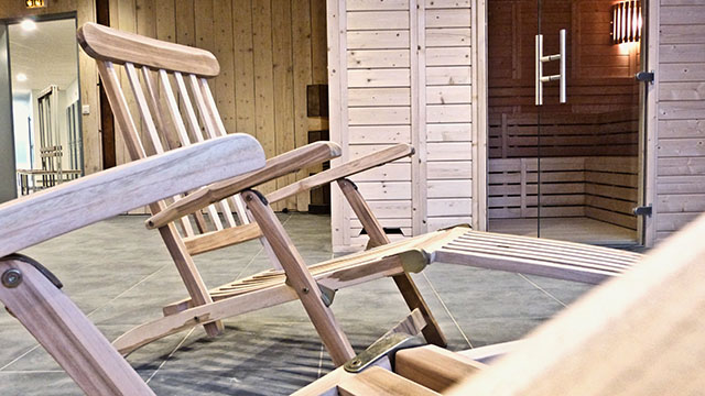 Chaises longues au sauna de So Good Saint Cyr